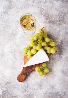 Formaggio brie, uva e vino
