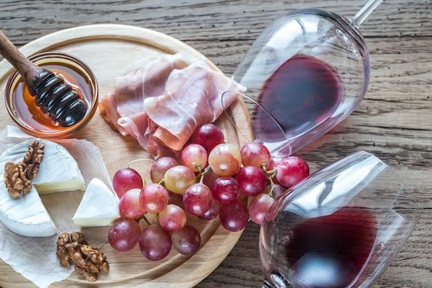 Formaggio camembert con bicchieri di vino rosso