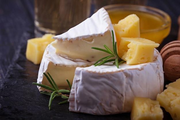 Formaggio camembert con miele e vino. messa a fuoco selettiva