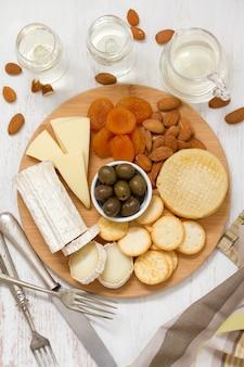 Formaggio con olive e biscotti