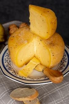 Formaggio delizioso del primo piano su un piatto
