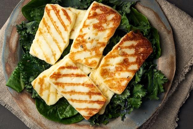 Formaggio di halloumi fritto cipro con insalata verde sana. lchf, pegan, fodmap, paleo, scd