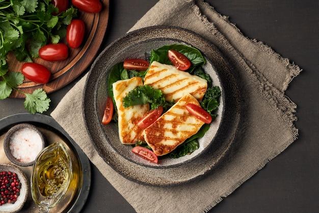 Formaggio di halloumi fritto cipro con insalata verde sana. lchf, pegan, fodmap, paleo