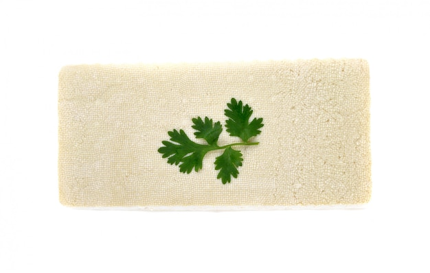 Formaggio di tofu su sfondo bianco