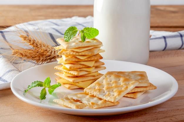 Formaggio e cracker con latte fresco