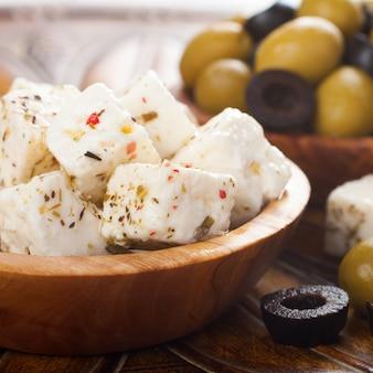 Formaggio feta a cubetti con olive