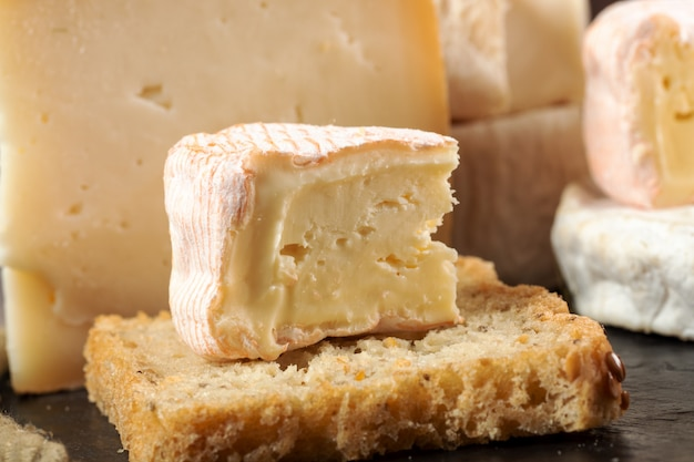 Formaggio francese saint albray e fetta di pane francese