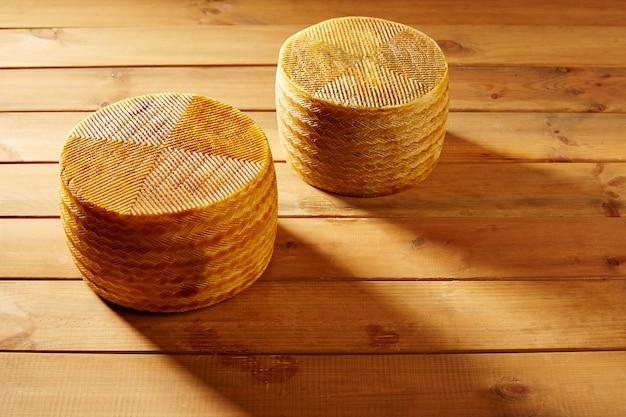Formaggio manchego dalla spagna sul tavolo di legno