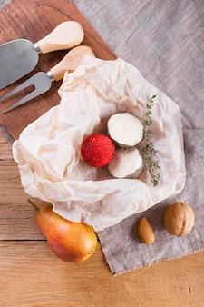 Formaggio piatto disteso a metà sul tavolo