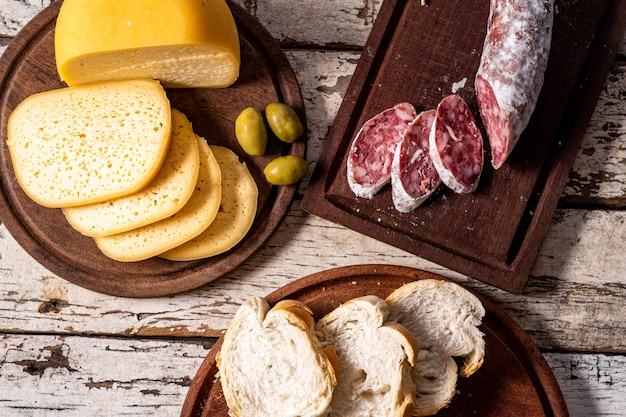 Formaggio, salame e pane
