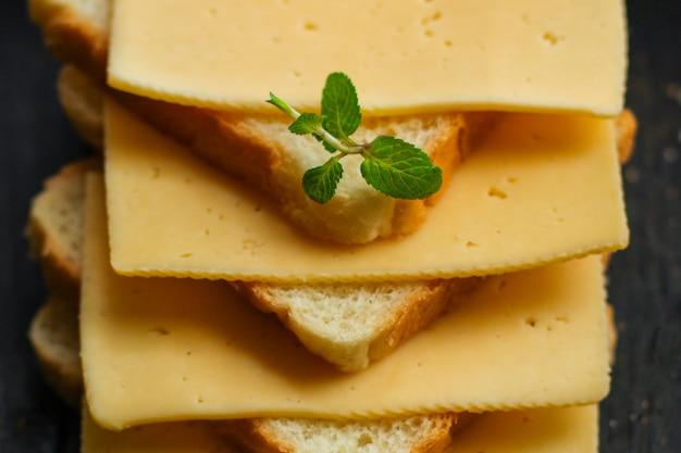Formaggio, sandwich, menta, pane (delizioso spuntino). superiore.