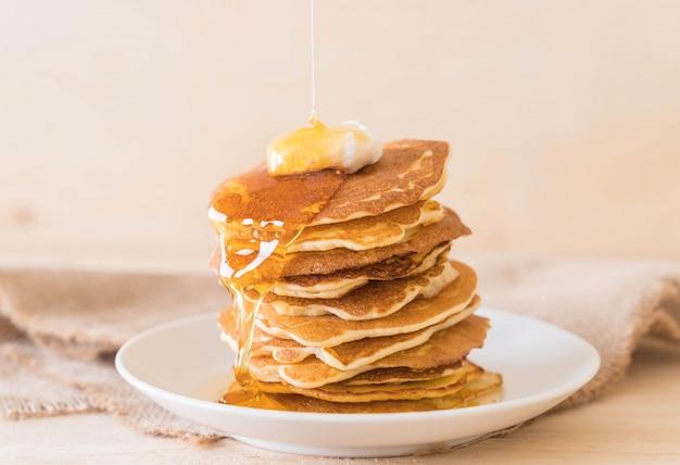 Formaggio sul pancake con miele