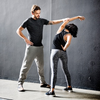 Formazione del partner che allunga concetto di allenamento