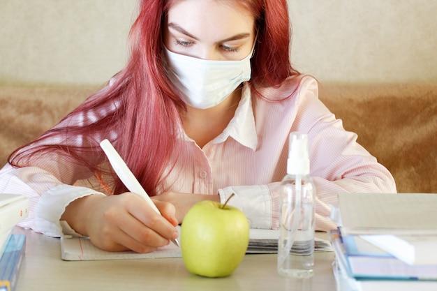 Formazione e lavoro online a distanza. la scolara si prepara per una lezione online a casa, l'autoisolamento, il concetto di educazione online