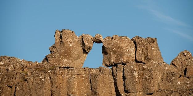 Formazione rocciosa naturale di una finestra contro il cielo