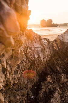 Formazione rocciosa sulla spiaggia idilliaca