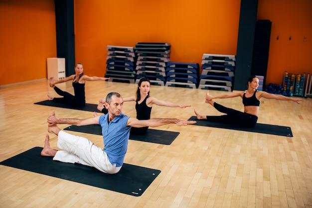 Formazione yoga, allenamento di gruppo femminile in palestra