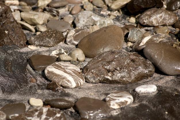 Formazioni rocciose grigie astratte formate dall'erosione dell'acqua