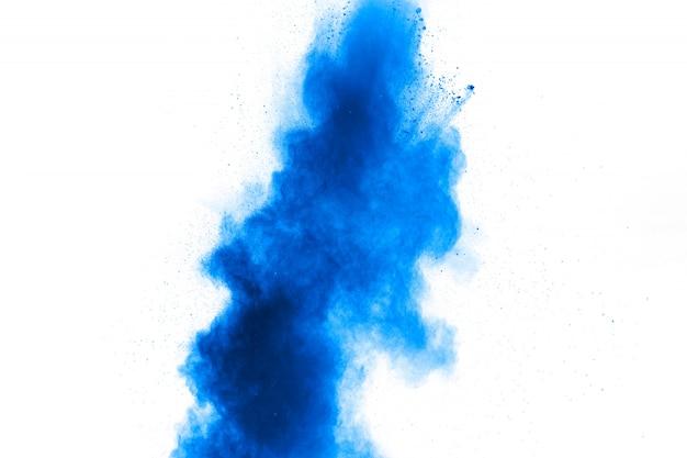 Forme bizzarre di polvere blu esplodono nuvola su bianco.