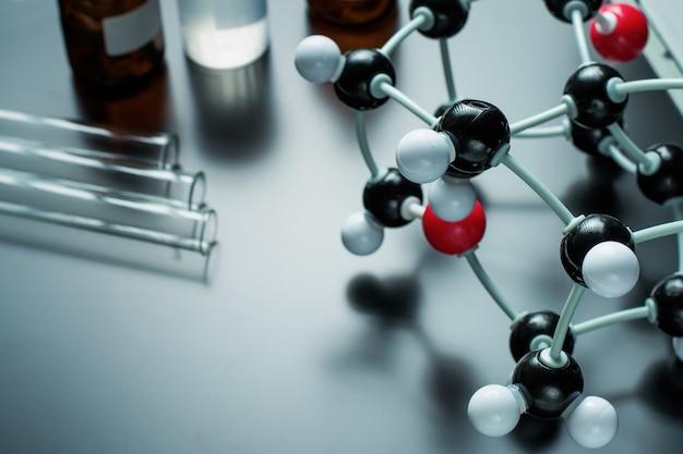 Formula molecolare e attrezzature di laboratorio su un blu. concetto di chimica organica di scienza
