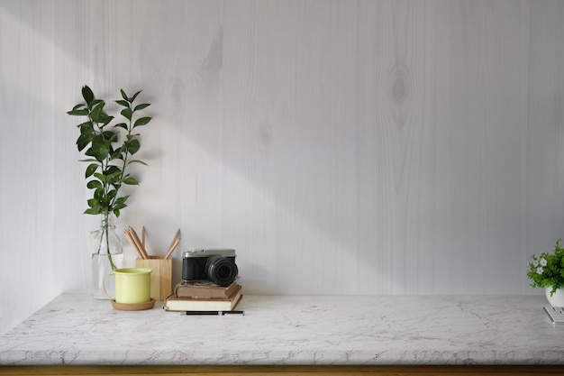 Forniture da lavoro e copia spazio, tavolo in legno e mockup hipster