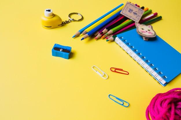 Forniture di disegno su sfondo giallo
