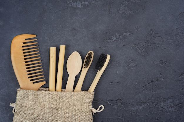 Forniture in legno naturale e bambù in sacchetto di lino