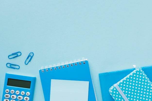 Forniture per ufficio blu copia spazio