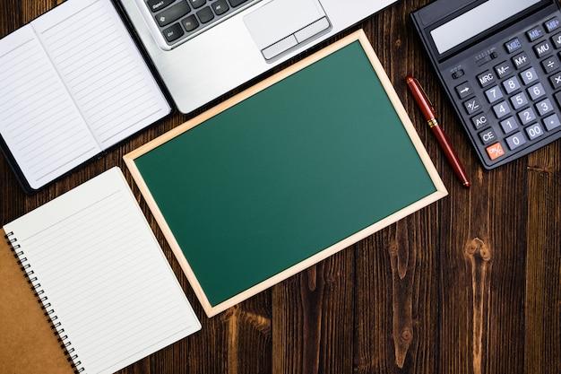 Forniture per ufficio o lavoro d'ufficio strumenti essenziali o oggetti su legno