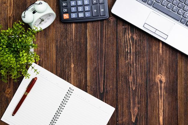 Forniture per ufficio o lavoro d'ufficio strumenti o oggetti essenziali su legno