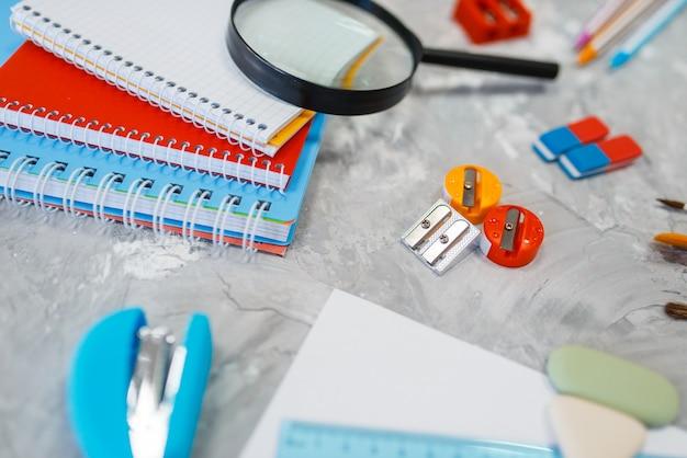 Forniture per ufficio sul tavolo, concetto di cancelleria, nessuno. assortimento in negozio, accessori per il disegno e la scrittura, materiale scolastico