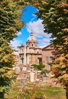 Foro romano con la chiesa di santa maria di loreto a roma, italia