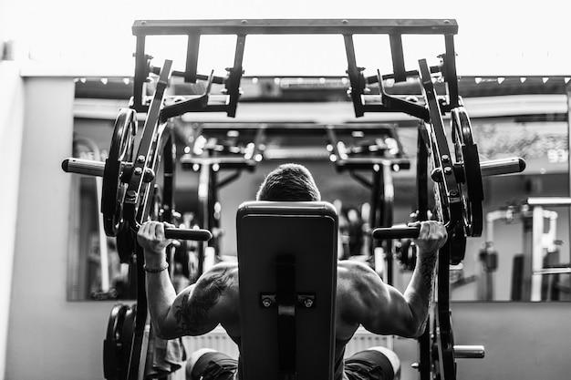 Forte allenamento del bodybuilder in palestra