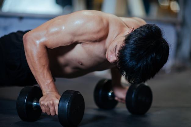 Forte bodybuilder con muscoli deltoidi perfetti