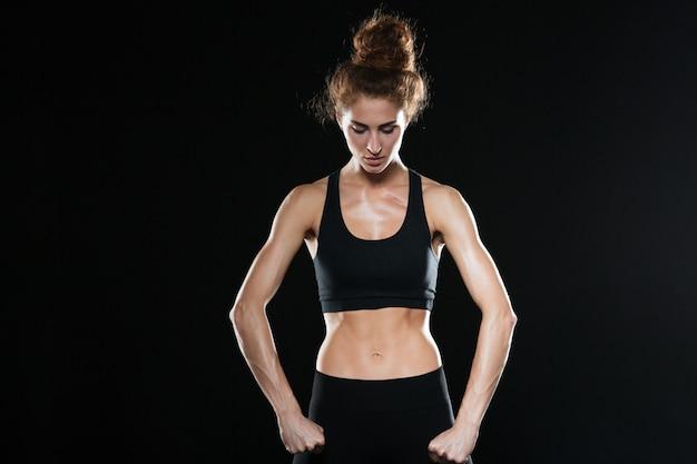 Forte donna di forma fisica che posa nello studio
