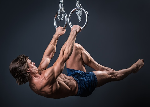 Forte ginnasta sul ring
