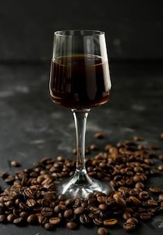 Forte liquore al caffè scuro con chicchi di caffè tostati