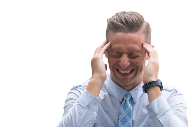 Forte mal di testa, forte mal di testa, uomo caucasico che soffre di testa dolorosa isolato su sfondo bianco.