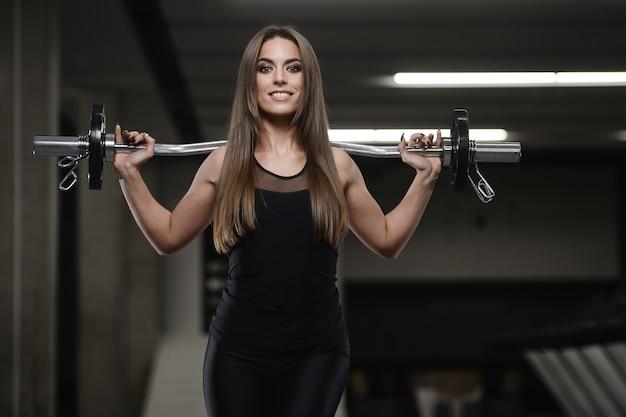 Forte ragazza atletica che risolve in palestra