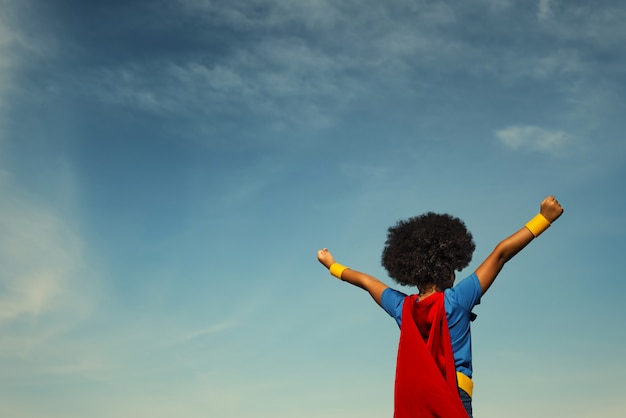 Forte ragazza di supereroi con superpoteri