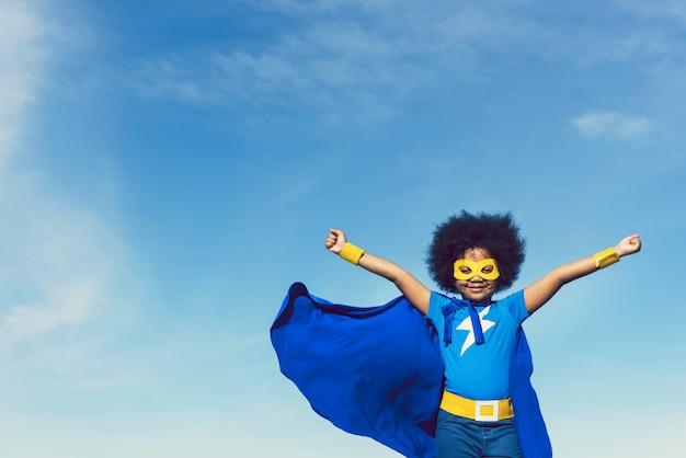 Forte ragazza in abito blu supereroe