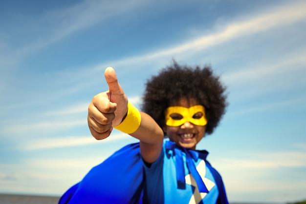 Forte ragazza supereroe con superpoteri
