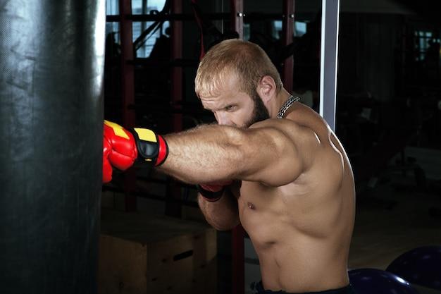 Forte uomo muscoloso boxe in palestra