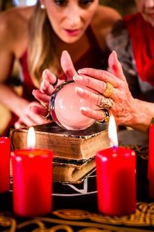 Fortuneteller durante seance con la sfera di cristallo