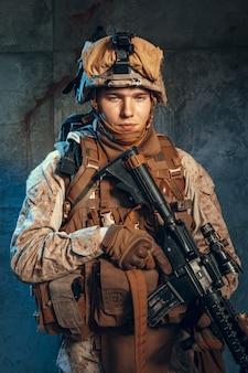 Forze speciali soldato degli stati uniti o appaltatore militare privato in possesso di fucile.
