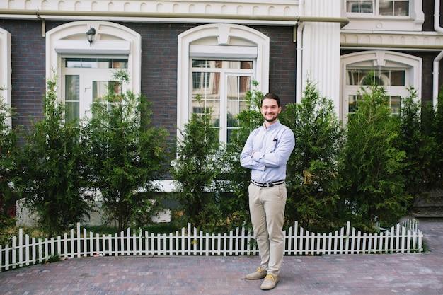 Foto a figura intera di bell'uomo d'affari nel quartiere britannico