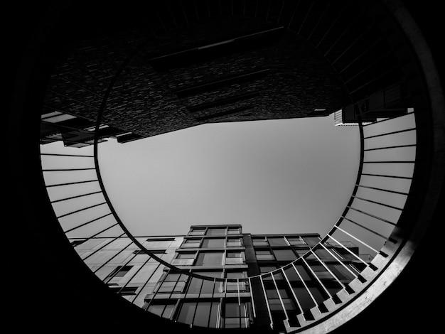 Foto ad angolo basso di un grattacielo