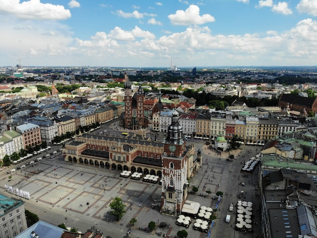 Foto aerea da drone. la cultura e la capitale storica della polonia. cracovia confortevole e bella. la terra della leggenda. parte vecchia della città, piazza principale, basilica di santa maria.