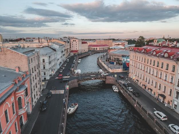 Foto aerea del fiume moika alla luce del tramonto. barche fluviali, vista dall'alto. russia, san pietroburgo