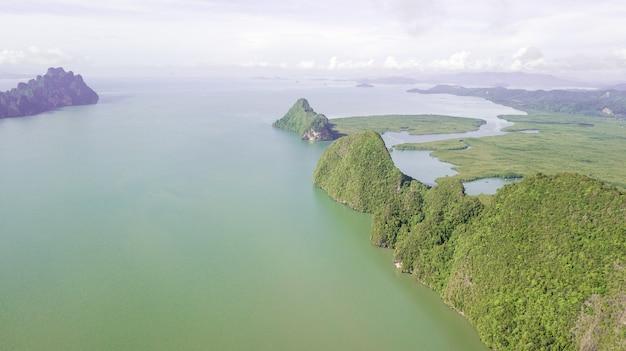 Foto aerea del paesaggio montagna e costa thailandia